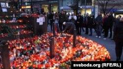 مردم پراگ شمع ها و دسته های گل را برای یادبود واتسلا هاول در بلوار اصلی شهر گذاشته اند.