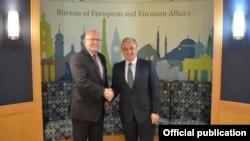 Министр иностранных дел Армении Зограб Мнацаканян (справа) и исполняющий обязанности помощника госсекретаря США по делам Европы и Евразии Филип Рикер, Вашингтон, 17 июля 2019 г.