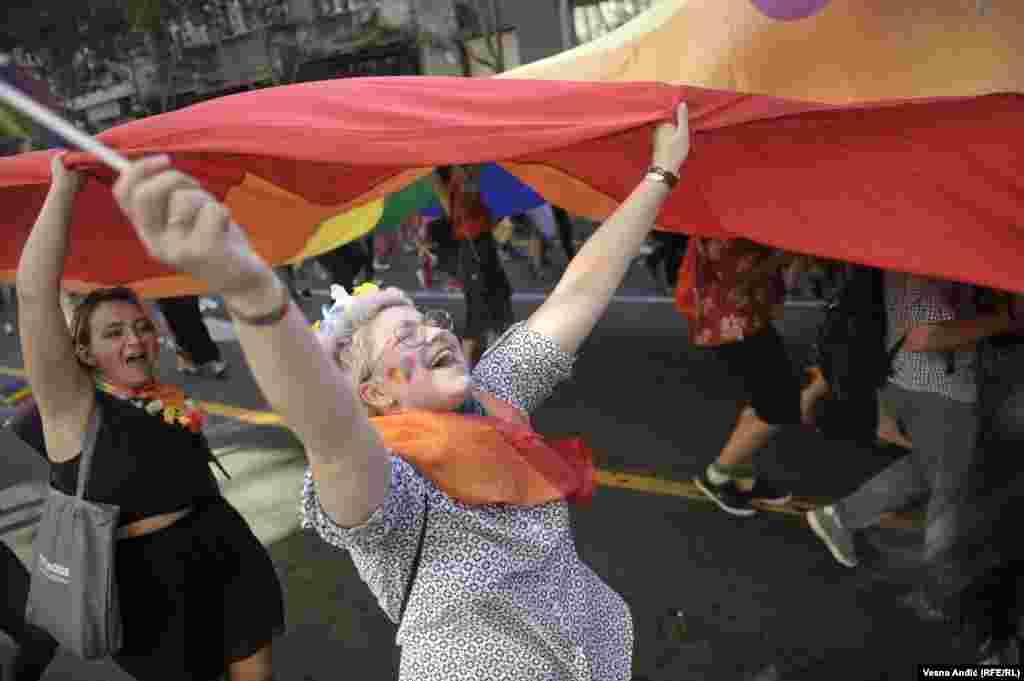 В гей-параде в Белграде участвовали сотни людей.