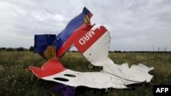 Ҳалокатга учраган Boeing 777 самолёти қолдиқлари.