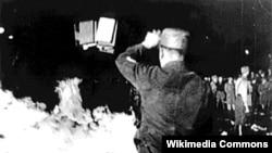 Книги сжигались по утвержденному черному списку, в котором были 94 немецких и 37 иностранных авторов