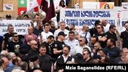 Противники ЛГБТ-сообщества заняли территорию перед парламентом в Тбилиси