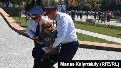 Дар Алмаато журналистони Радиои Озодӣ шоҳиди саҳнаи боздошти чанд нафар эътирозгарон шуданд
