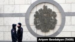 Россия полициячилари Буюк Британиянинг Москвадаги элчихонаси олдида турибди.