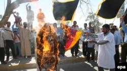 İraqlılar Roma Papası XVI Benediktin portretini yandırırlar, Bəsrə, 18 sentyabr 2006
