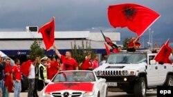 Ալբանացի երկրպագուները օդանավակայանում սպասում են ֆուտբոլի ազգային հավաքականի վերադարձին Երևանից, Տիրանա, 12 հոկտեմբերի, 2015թ.