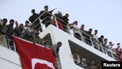 Turska zastava na brodu na kojem se nalazi 250 ranjenika iz libijskog grada Misurata prilikom dolaska u luku u Bengaziju, 3. april 2011.