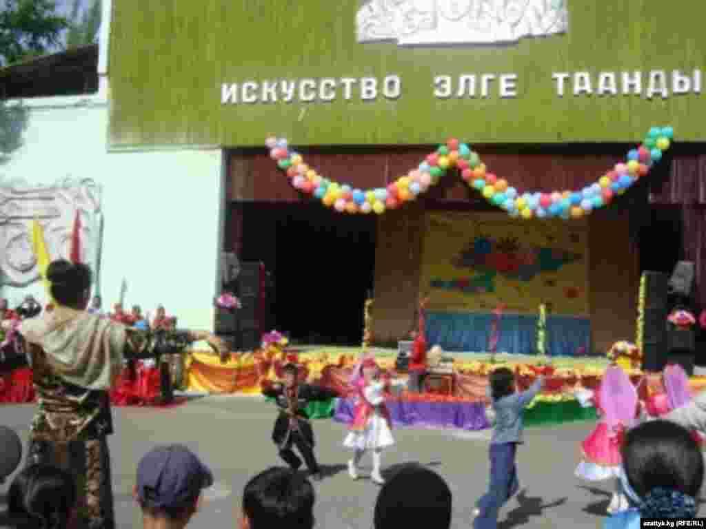 Детский фестиваль народных танцев и песен в летнем театре парка имени Токтогула. Забавно наблюдать за малышами, которые пытаются попасть в такт во время исполнения замысловатых этнических танцев.