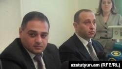 Новый и бывший руководители следственной группы по делу «1 марта» - Вагинак Заназян (слева) и Ваагн Арутюнян на пресс-конференции, Ереван, 12 декабря 2011 г.