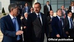 Түркітілдес елдер ынтымақтастық кеңесінің саммитіндегі Қырғызстан, Әзербайжан және Түркия президенттері. Галаба, Әзербайжан, тамыз 2013 жыл (Көрнекі сурет).