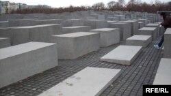 Музей Холокоста в Берлине - один из множества подобных мемориалов по всей Германии. Но, вопреки всем стараниям властей страны искоренить антисемитскую идеологию, она по-прежнему популярна у многих