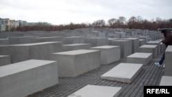 Германиянинг Берлин шаҳрида Ҳолокост хотирасига қурилган очиқ ҳаво остидаги музей.