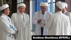Имамы в кулуарах съезда лидеров мировых и традиционных религий в Астане.
