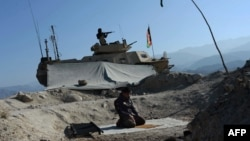 يو افغان سرتیری په اچين کې د لمانځه پر مهال