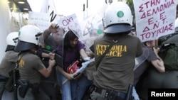 Греция - Столкновения демонстрантов с силами правопорядка во время проведения акции протеста против визита премьер-министра Турции в Грецию. Афины, 14 мая 2010 г.