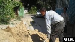Алматыдағы жекеменшік үйлердің бірінде жұмыс істеп жатқан өзбек мигранты. қыркүйек, 2008 жыл.