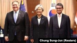 Државниот секретар Мајк Помопео со негивите колеги од Јужна Кореја и Јапонија, Канг Кјунг Ваи Таро Коно