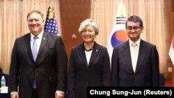 АКШнын мамлекеттик катчысы Майк Помпео, Түштүк Кореянын тышкы иштер министри Кан Гён Хуа жана Жапониянын тышкы иштер министри Таро Коно. 14-июнь, 2018-жыл.