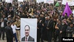 متظاهرون في الانبار يرفعون صورة العيساوي