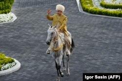 Бердымухамедов верхом на коне, апрель 2018 г.