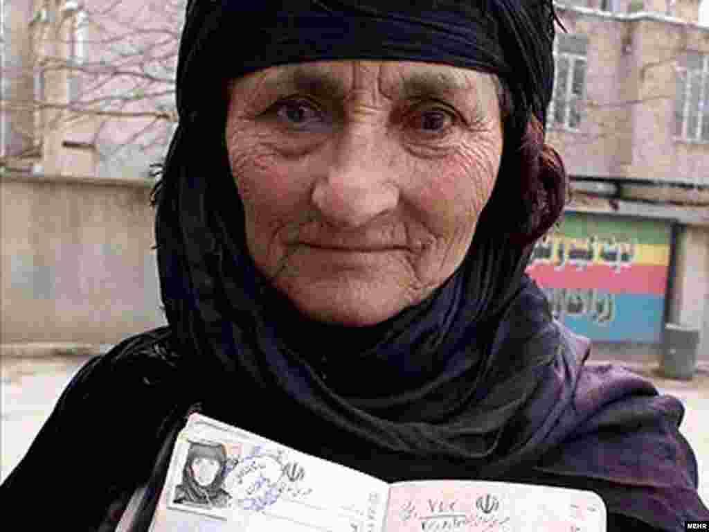 یکی از رای دهندگان در شهر سنندج، مرکز استان کردستان. عکس از مهر