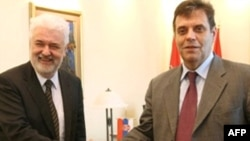 Цветкович (слева) слаб политически, но силен как экономист. В Сербии считают, что на сегодня это то, что надо