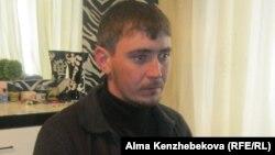 27-летний Александр Шмидт говорит, что часто посещает гадалок. Алматы, 21 января 2014 года.