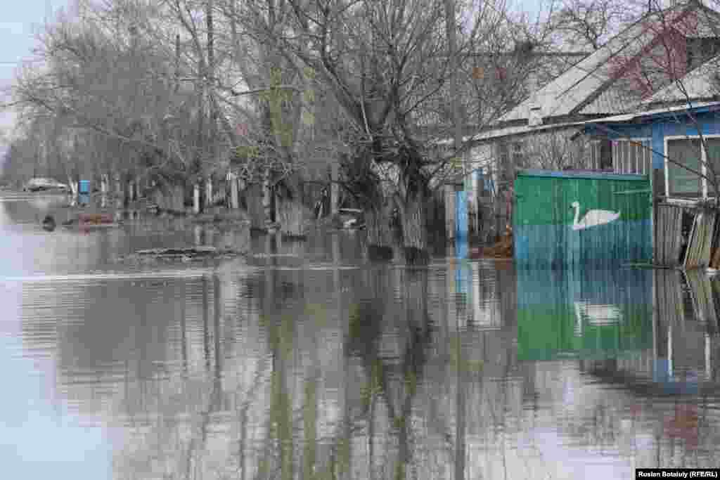 Подтопленная улица. По словам специалистов, по состоянию на 16 апреля уровень воды снизился на 25 сантиметров.