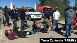 Родственники задержанных жителей Зугдидского района, в основном женщины и дети, попытались перекрыть въезд на Ингурский мост