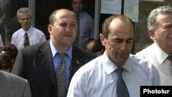 Armena -- President Robert Kocharian and one of his bodyguards, Aghamal Harutiunian, August 9, 2001.