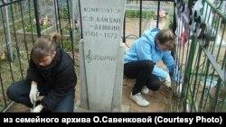 Школьники ухаживают за могилой Кайдан-Дёшкина