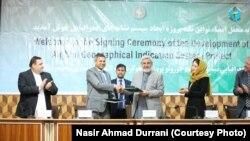 نصیر احمد درانی وزیر زراعت و مالداری افغانستان در هنگام امضا یک قرارداد.