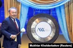 Қазақстан президенті Нұрсұлтан Назарбаев өзінің туған күні және Астананың 20 жылдық мерейтойы қарсаңында халықаралық қаржы орталығын ашып тұр. Астана, 5 шілде 2018 жыл.