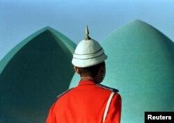 Офицер иракской гвардии возле монумента мученикам в Багдаде.1 декабря 1998 года