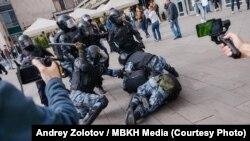 Момент задержания Павла Устинова на митинге в Москве