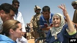 سفيرة الأمم المتحدة للنيات الطيبة نجمة هوليوود أنجلينا جولي تزور مخيما للمهجرين العراقيين