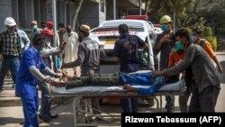 Пострадавшего от утечки токсичного газа доставляют в больницу. Карачи, 18 февраля 2020 года.