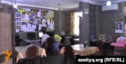 Дамуында өзгешелігі бар адамдар жұмыс істейтін Training cafe. Алматы, 14 тамыз 2015 жыл.