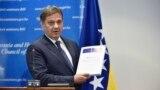 Predsjedavajući Vijeća ministara BiH Denis Zvizdić drži Upitnik Evropske komisije, fotoarhiv
