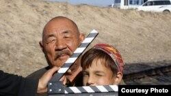 Нуржуман Ихтымбаев и Данел Шынтемиров во время съемок фильма «Подарок Сталину». Алматы, 13 января 2009 года.