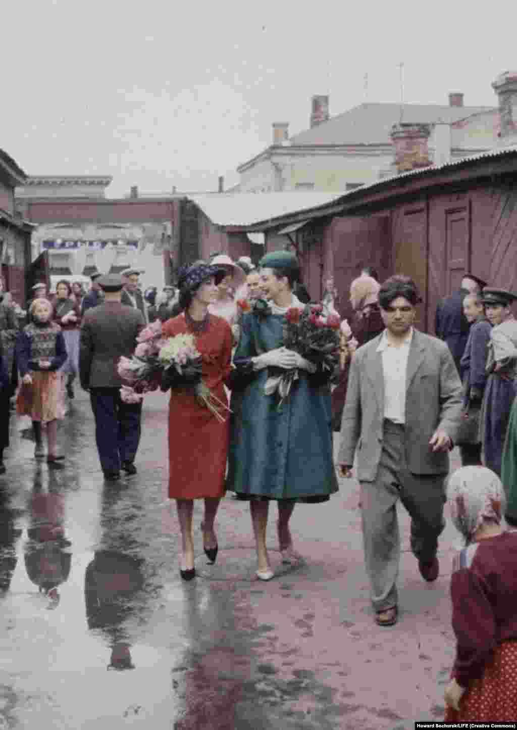 Модели на рынке после покупки цветов. Никита Хрущев, в то время первый секретарь ЦК КПСС и глава правительства, явно относился к моде лучше, чем к художникам-авангардистам.
