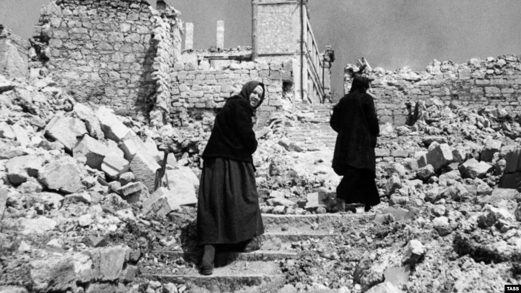 Тих, хто вижив, чекали суворі часи. Крим був зруйнований бойовими діями, а також спустошений нацистськими розстрілами, угонами на роботу і радянськими депортаціями. З 1,2 мільйона кримчан, які зустріли війну, побачили її закінчення на рідній землі приблизно 400 тисяч – в три рази менше.  На фото: жителі Севастополя на вулицях зруйнованого міста, червень 1944 року