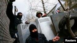 Ուկրաինա - Ռուսամետ ցուցարարները Սլավյանսկի ոստիկանության շենքի մոտ՝ բարիկադների վրա, 15-ը ապրիլի, 2014թ․