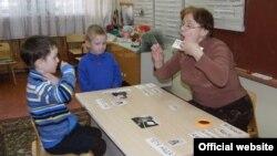 Елизавета Ласточкина исемендәге мөмкинлекләре чикләнгән бакчада ишарәләр белән урысча сөйләшергә өйрәнәләр.