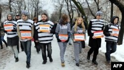 Оппозиционные активисты в одежде заключенных протестуют в центре Москвы против преследования по политическим мотивам. 1 декабря 2012 года.