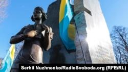 Пам'ятник у Бабиному Яру діячу ОУН, поетесі Олені Телізі (1907–1942), страченій нацистами в цьому урочищі. Київ, 25 лютого 2017 року