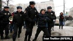 Полицейские задерживают Недопекина в День российской Конституции 12 декабря 2015 года