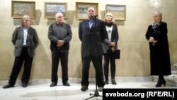 Зьлева направа: Рыгор Сітніца, Леў Гумілеўскі, Ігар Бархаткоў пры мікрафоне, музэйны супрацоўнік, Тацяна Гаранская