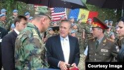Министр обороны США Дональд Рамсфелд в Кишиневе, 25 июня 2004 года