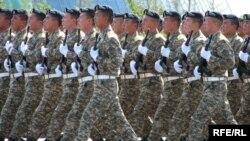 Қазақстан қарулы күштерінің салтанатты шеруіне қатысқан сарбаздар. Астана, 30 тамыз 2009 жыл. (Көрнекі сурет)